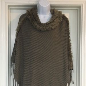 Stunning Chico's faux-fur trimmed poncho OS!